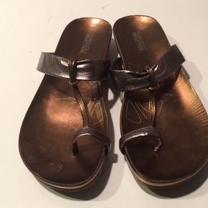 Kenneth Cole reaction brass toe ring sandals sz.10